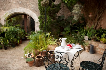 CHARMING ARTIST HOUSE - PATIO AND ROOF TERRACE