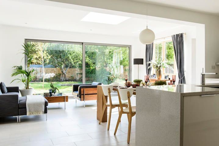 Two lovely rooms in a family home - New Malden - House