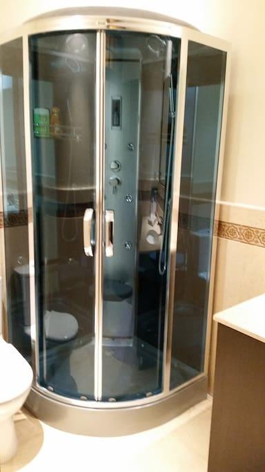 Cabine de douche multijets avec musique.