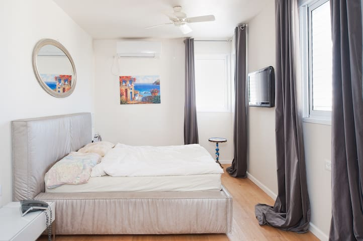 Main bedroom: King size bed, full Channel cable service