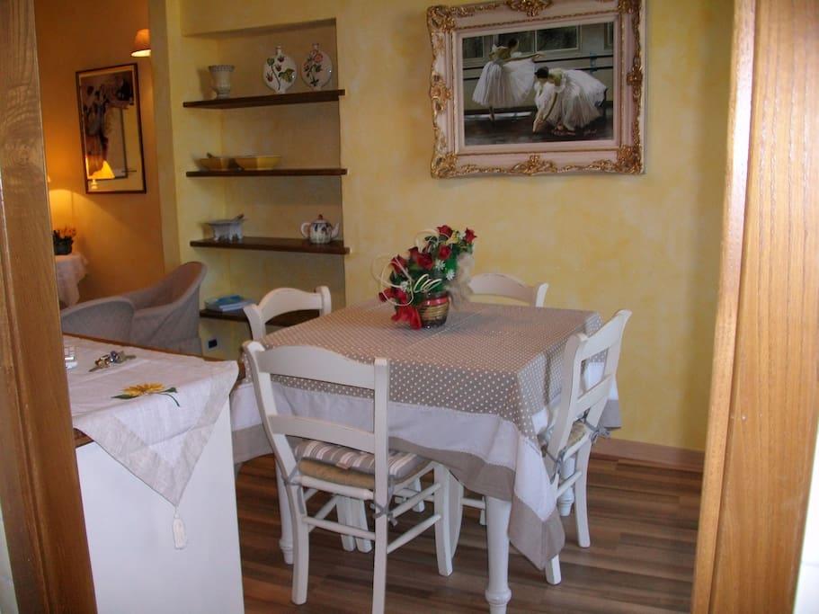Un'altra visuale sul soggiorno, con il dettaglio del tavolo da pranzo