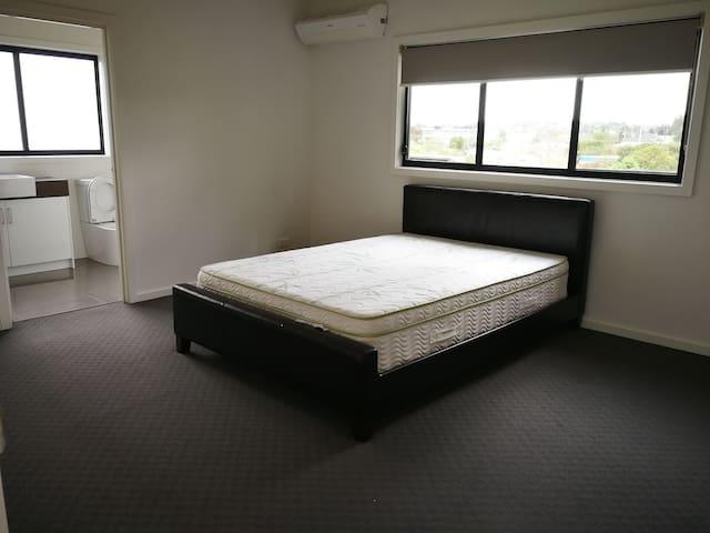 新大套间,可加床铺。