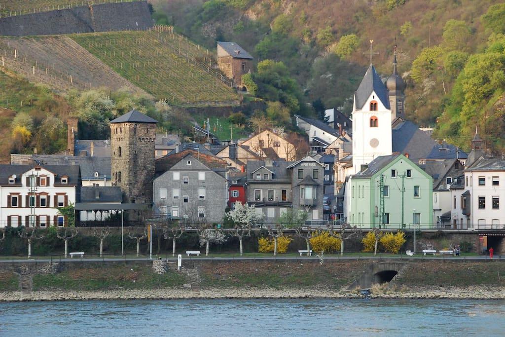Rheinblick hat man durch die Häuserlücken. Hier sieht man das Rote Haus am Markt /From the river you can see the red house