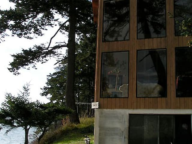 Lummi Island Oceanfront Home Rental - Lummi Island - House