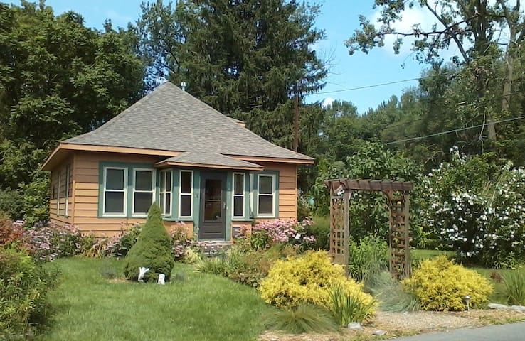 Gardener's Cottage Close to Town - East Syracuse - Hus