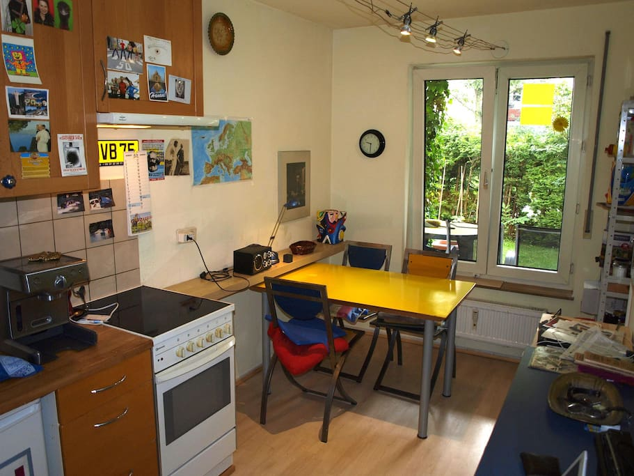 In der Küche ist alles, was man braucht: Spülmaschine, Mikrowelle, Espressomaschine und im Bad eine Waschmaschine