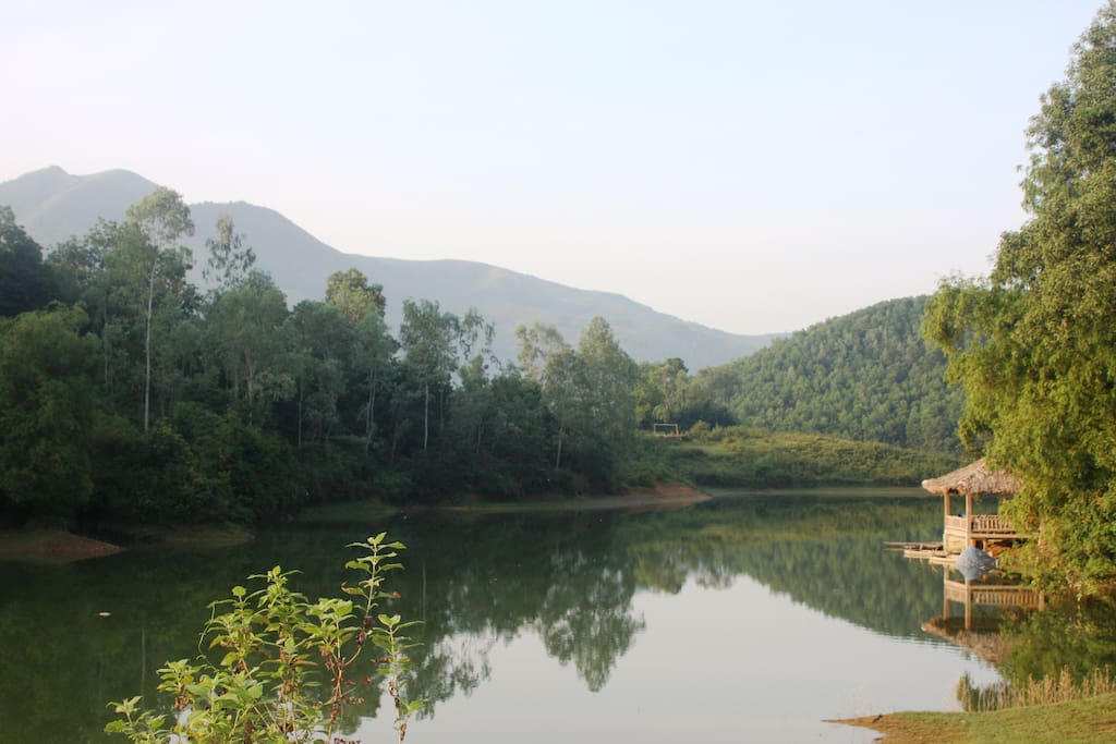 Dap Dom Lake right in backyard- for swimming, boating and sunbathing. 5 minute walk from Tea Hill House