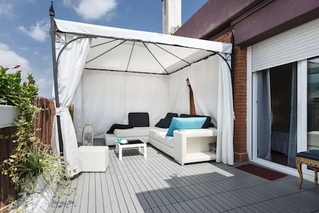 WONDERFUL PENTHOUSE IN BARCELONA CENTRE, kitchen washing machine, kitchen, sun all day, chill out area, facing the mountain with wonderful sunsets from the terrace. Tolalmente equipped, comfortable, close to the most important monuments.