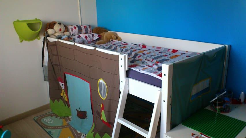 Première chambre d'enfant avec lit mi-hauteur