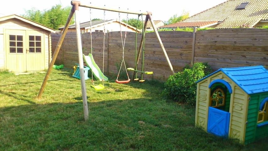 Le jardin avec les jeux d'enfant. Une piscine hors-sol de 3x3 a été ajoutée.
