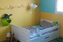 La deuxième chambre d'enfant (le lit peut être agrandit)