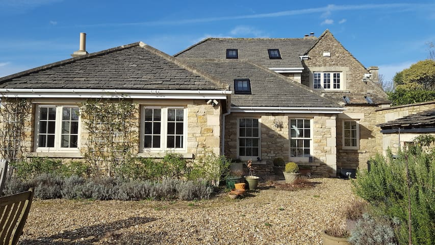 5* Star 2 bed Cottage Self Contained with Garden