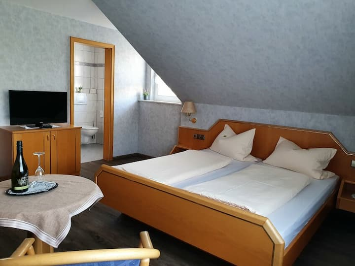 Gästehaus Wörner, (Durbach), Zimmer Nr. 7, Doppelzimmer mit Dusche/WC u. Schlafcouch
