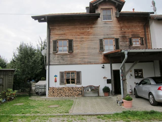 2 quiet rooms - in10 minutes  to A8 - Egenhofen - House