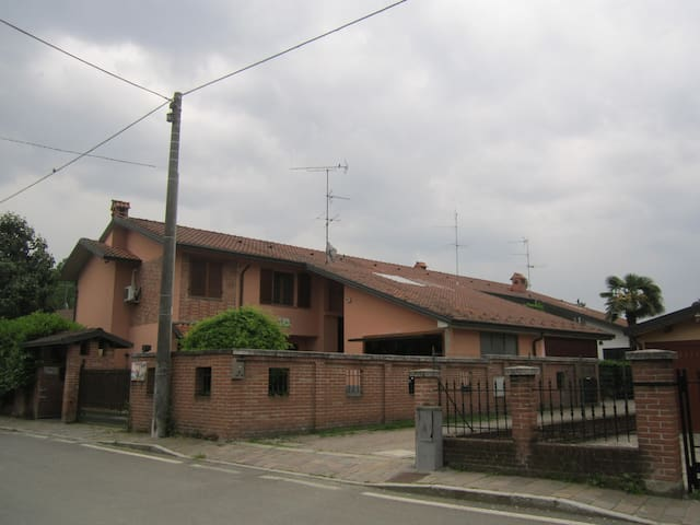 1 o 2 camere e bagno indipendenti  - Baselica Bologna - Villa