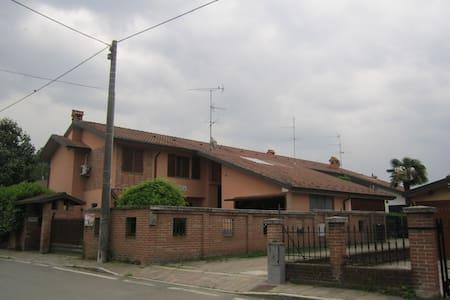 1 o 2 camere e bagno indipendenti  - Baselica Bologna