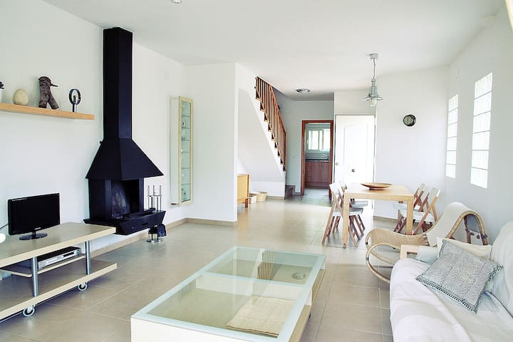 Lovely big house with garden by the sea in Calafat