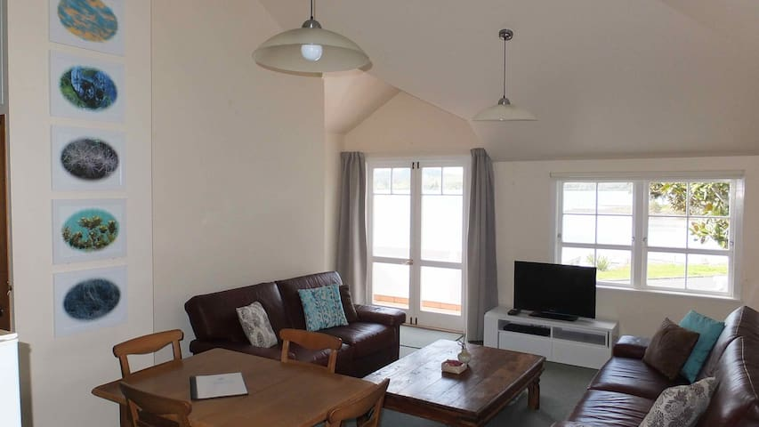 Waterfront Apartment with Views - Mangonui - Apartment