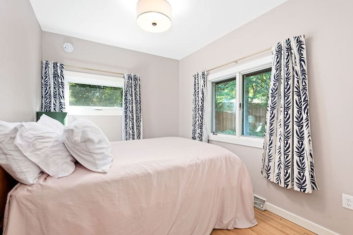 Queen bed with a garden view