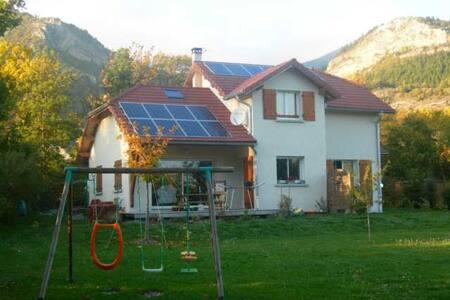 Maison traditionnelle 140 m² avec terrain ombragé - La Roche-des-Arnauds - 独立屋