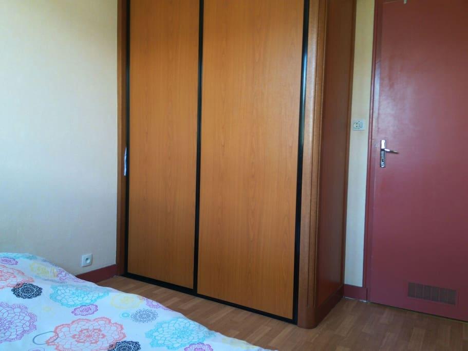 chambre avec placard et penderie