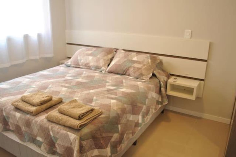 Suíte com cama queen, guarda roupa e ar condicionado (split)
