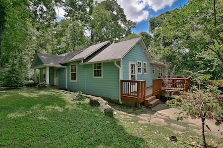 Wauhatchie Blue House - nature nested city side
