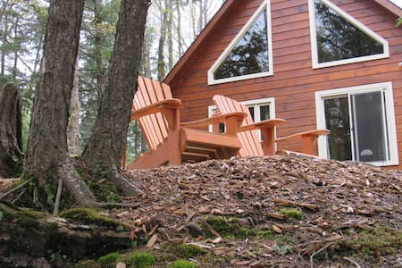 Lakefront Log Cabin Cottage Retreat - North Kawartha - กระท่อม