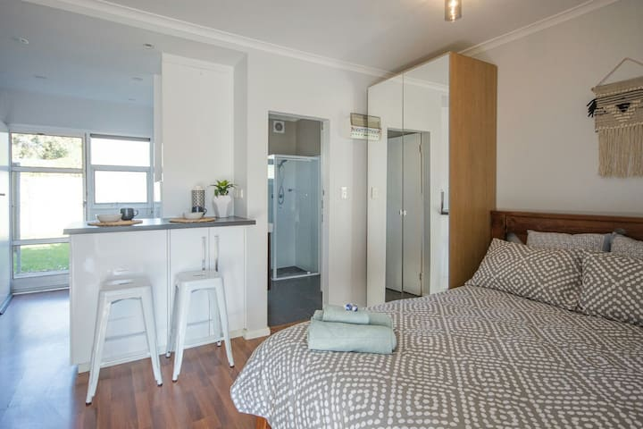 Cosy Glenelg East Gem Close to Tram