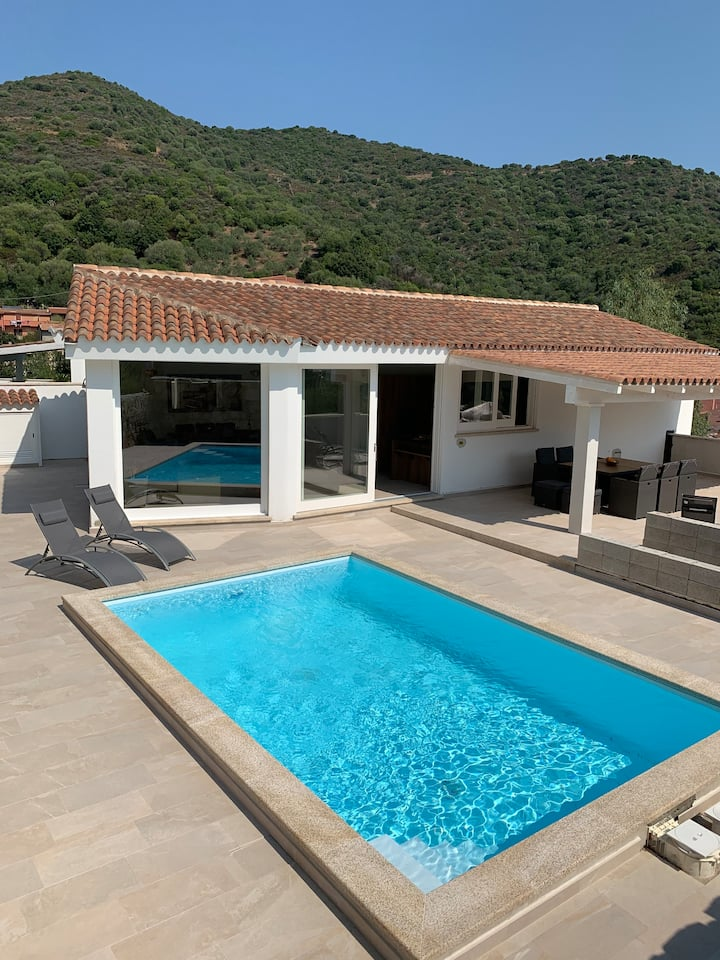 neues Haus mit beheiztem Pool