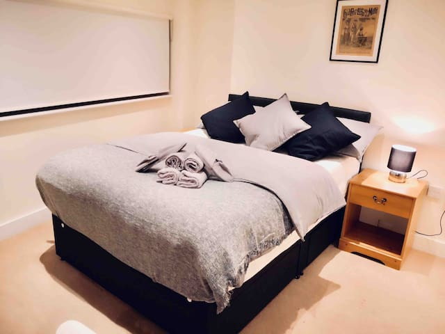 Large Double Bedroom by Tower Bridge!