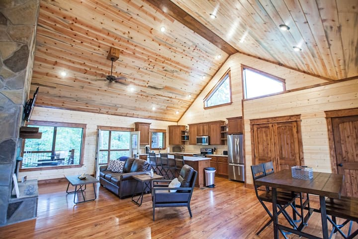 Stay Awhile is the perfect cabin for a newlywed couple, but will also accommodate a small family with its king bed, sleeper sofa, and extra half bath. Eagle Mountain – No pets