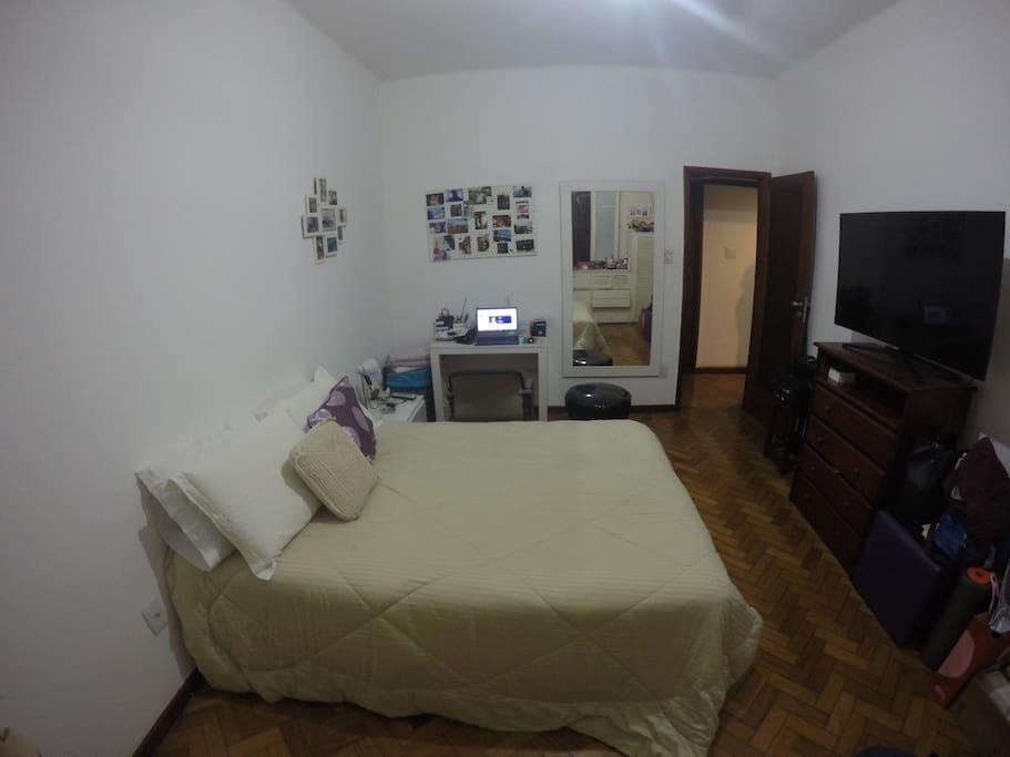 Quarto 1 c/ cama de casal / Room 1 w/ double bed