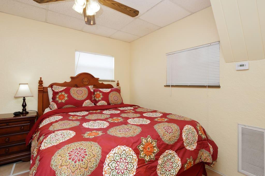 Bedroom - Queen bed, ceiling fan/lights
