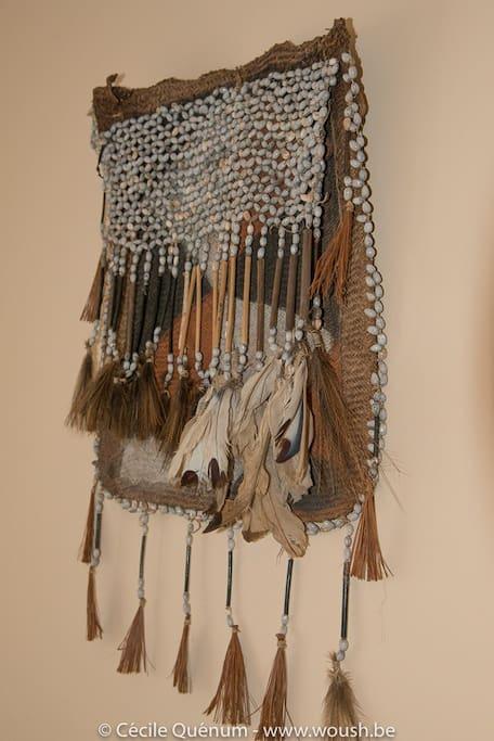 Une décoration du monde (ici, sac d'initiation asmat, Papouasie occidentale)