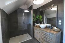 salle de bain au premier douche et toilette indépendant
