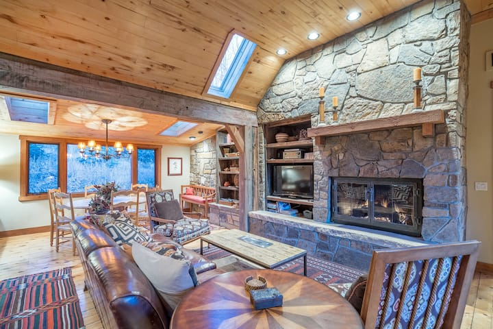 Authentic Log Cabin Mountain Get Away with Hot Tub and Sweeping Views