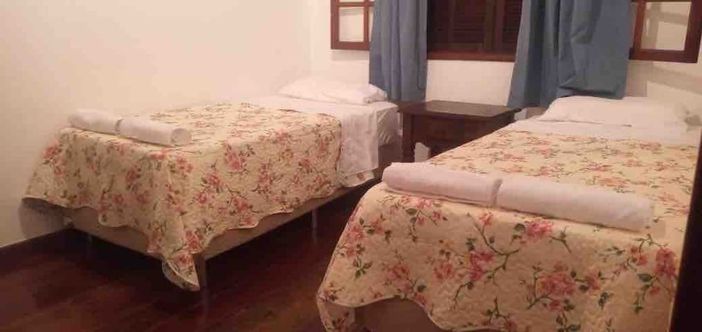 Quarta 4 : com duas camas box novas e ar condicionado tipo split.