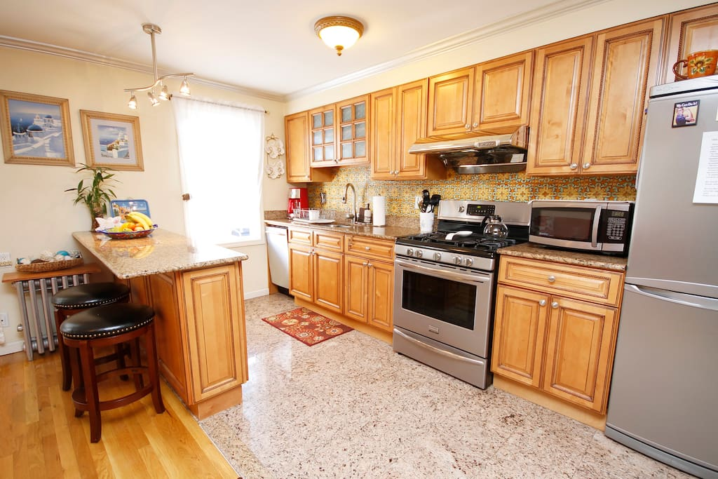 Beautiful renovated, fully equiped kitchen with breakfast bar