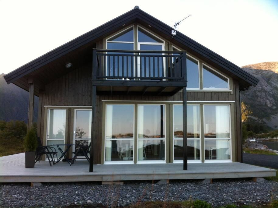Fronten av hytta er dekket med vinduer, for å kunne nyte utsikten best mulig