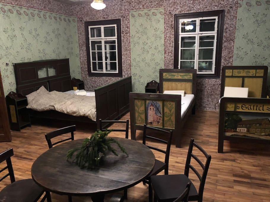 Hlavní sál - posezení a 4 postele.