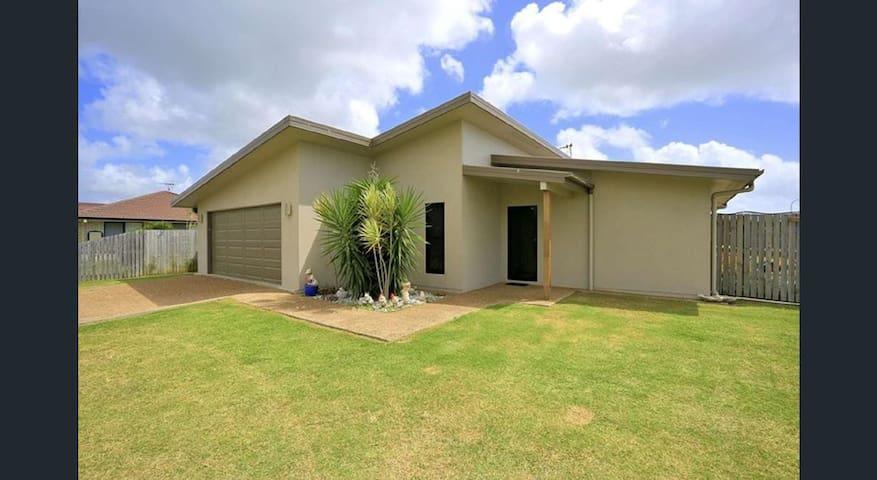 New Modern 4bd/2bath Home Close to Beach and River - Burnett Heads - Hus