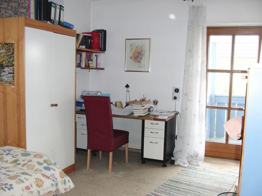 Zugang zum Balkon und eigener Schreibtisch.