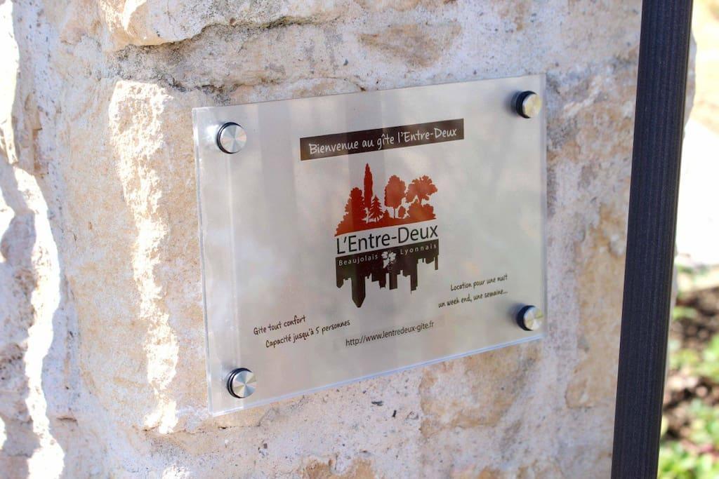 Plaque d'accueil au portail