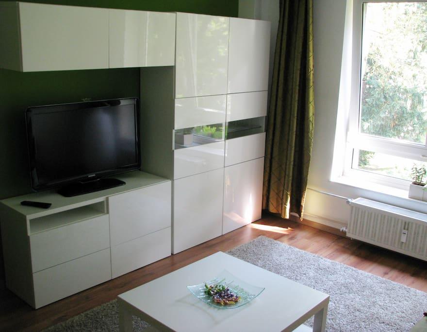 Wohnzimmer mit Flat TV und Kabelfernsehen