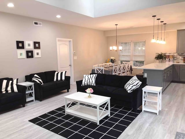 Family Friendly 5 bdrm 2 masters with playground