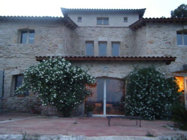 maison en pierre, piscine et tennis - Beaucaire - Bed & Breakfast