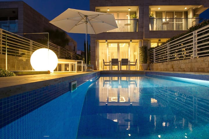 Luxury waterfront Villa with heated pool