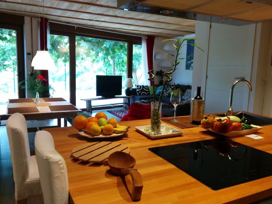 Cocina abierta al salón con barra americana para los desayunos, muy cómoda y electrodoméstico nuevos