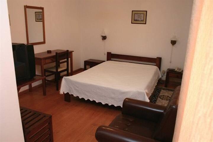 Residencial Beirante Quarto Triplo c/BB - Santarém - Bed & Breakfast